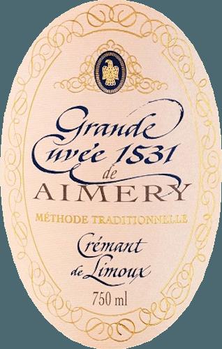 Een volle Crémant Rosé van het huis Sieur d'Arques met een waaier van helder fruit in het bouquet tot rode bessen in de mond, een prachtige structuur in een edele verschijning van volle-crème perlage. De Crémant Rosé Brut Grande Cuvée 1531 verschijnt in een stralende zalmtint in het glas. Levendig en fris, in de neus elegant geparfumeerd met witte bloemen, perziken en licht fruit. Er zijn ook subtiele hints van zoete kersen te bespeuren. Goed gestructureerd en vol in de mond. DezeCrémant de Limouxontvouwt hier aroma's van rood fruit zoals aardbeien, rode bes en kers, die afkomstig zijn van de Pinot Noir. Zijn onvergetelijke levendigheid wordt weerspiegeld in zijn delicate mousseux, die lang aanhoudt met een fijne zuurgraad die de afdronk kenmerkt. Alles bij elkaar een prachtige mousserende wijn waarvan de charme zich openbaart in zijn volheid en structuur als een goed uitgebalanceerd karakter. Vinificatie van de Grande Cuvée 1531 Brut Rosé De wijnbouwerscoöperatie Sieur d'Arques geniet een verregaande reputatie. Als een van de belangrijkste wijnproducenten in de Limouxstreek creëert hij sinds 1990 de twee voortreffelijke Grande Cuvées 1531 Brut en Grande Cuvée 1531 Rosé Brut. Vier mediterrane terroirs met verschillende verdiensten en klimatologische omstandigheden bieden een rijk repertoire voor de virtuositeit van de wijnbereiding en het waarborgen van de kwaliteit van elke wijn. Dit is duidelijk te zien in de twee Crémants van de 1531-lijn. De naam 1531 verwijst naar de ontdekking van de gisting van mousserende wijn door monniken van de Abtai St. Hilaire in de buurt van Limoux in 1531. De coöperatie Sieur d'Arques, opgericht in 1946, heeft top-oecologen in dienst die ook garant staan voor uitstekende producten. Voor de Grande Cuvée 1531 Crémant Rosé Brut de Limoux wordt naast de druivenrassen Chardonnay en Chenin Blanc ook de rode Pinot Noir gebruikt. De zeer korte maceratietijd, na het persen, zorgt voor de rosékleur van de most. Na de eerste gisting vindt de gis