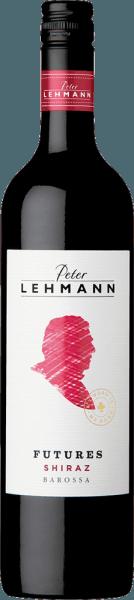 """De Futures Shiraz van Peter Lehmann toont zich in een dieprode kleur in het glas en ontvouwt zijn diverse aroma's, die variëren van pruimen, rijpe kersen en pure chocolade tot winterse specerijen als kaneel en kardemom. In de mond overtuigt deze Australische wijn met zijn volumineusheid, zijn goede structuur en tenslotte met zijdezachte tannines en een elegante lengte. Vinificatie van de Peter Lehmann Futures Shiraz De druiven voor de Futures Shiraz zijn deels afkomstig van oude wijnstokken van enkele van de beste locaties in de Barossa Valley. De Futures Shiraz was de eerste wijn die onder de naam """"Peter Lehmann"""" werd uitgebracht. Het is dus veilig om aan te nemen dat het wijnhuis nooit zijn waakzaamheid zal laten varen met zijn klassieker. Daarom rijpt de Futures Shiraz van Peter Lehmann meestal 18 maanden in barriques van Frans eikenhout, wat de wijn nog meer complexiteit geeft. Aanbevolen voedsel voor de Futures Shiraz Geniet van deze droge rode wijn bij gestoofd vlees, lamskoteletjes en in het algemeen bij krachtige en kruidige gerechten. Prijzen voor de The Futures Shiraz Falstaff: 91 punten voor 2013 Mundus Vini: Zilver voor 2013"""
