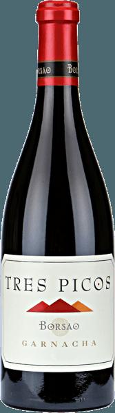 """DeTres Picos Garnacha Campo de Borja DO van Bodegas Borsao is een heerlijk expressieve wijn: zoete aroma's vankersenlikeur, zoethout en witte peper worden gecombineerd met stoffige, leemachtige indrukken om een volle, vlezige wijn te creëren. Proeverij/ Degustatie van de Tres Picos De Tres Picos van Borsao heeft een donkere kersenrode kleur in het glas. Intense aroma's van rood bessenfruit en zwarte kersen domineren de neus. Daarnaast zijn er prachtige bloemige nuances. In de mond is deze Spaanse Syrah rijk en goed gestructureerd. Ook hier komen fruitige aroma's aan het licht die doen denken aan bosbessen en kersen. Deze worden aangevuld met fijne vanilletonen. Met zijn aangenaam geïntegreerde tannines, onthult de Tres Picos een langdurige, evenwichtige afdronk. Vinificatie/ Productie Bodegas Borsao is al vele jaren een eersteklas, constant en bovendien uiterst sympathiek adres voor rode wijnen, zoals men zich dat alleen maar kan wensen. De wijnen die hier worden geproduceerd zijn altijd helder en fruitig, geconcentreerd, maar altijd fris met bezielende zuren. De ongeveer 620 kleine producenten die zich in deze coöperatie hebben verenigd, weten hoe zij het potentieel van de rustieke streek Campo de Borja ten volle kunnen benutten. Op een hoogte van 350 tot 750 meter bewerken zij bijna 2.400 hectare wijngaarden met zeer oude wijnstokken, die de fase van nieuwe aanplant van internationale druivenrassen in de jaren 1980 en 1990 gelukkig hebben overleefd.In de wijnkelder van de coöperatie valt chef-oenoloog José Luis Chueca graag terug op beproefde methoden: hier worden cementtanks en barriques gebruikt, de wijnbereiding gebeurt volgens traditionele principes. Voor Chueca is de kwaliteit van de druif wat telt, want er is geen substituut voor in de kelder.De autochtone druivensoort Garnacha speelt een hoofdrol bij Bodegas Borsao; de oorsprong ervan wordt verondersteld in Aragon te liggen, aangezien hij in Spanje ook """"Tinto Aragonéz"""" wordt genoemd. In de loop der eeuwen h"""