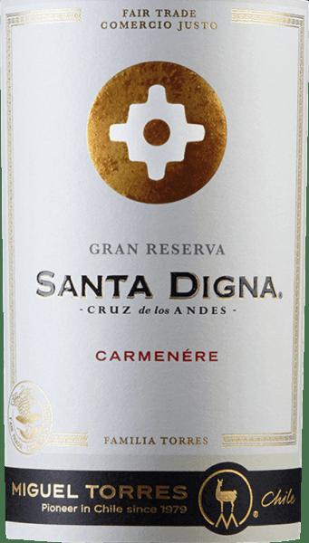 De Chileense Valle Central is de thuisbasis van de Santa Digna Carmenère Gran Reserva van Miguel Torres. De rijke rode kleur van deze wijn doet denken aan sappige kersen. Het expressieve bouquet onthult intense aroma's van donkere bessen - vooral braambessen en zwarte bessen. Deze worden aangevuld met fijne, balsamico noten, subtiele hints van eucalyptus en een vleugje mandarijn. Het gehemelte wordt gedomineerd door het elegante donkere fruit. De zoetige tannines gaan samen met kruidige tonen na zwarte peper en wat zoethout. Dankzij de houtrijping heeft deze Chileense rode wijn nog delicate geroosterde nuances. De body is heerlijk dicht met een fluweelzachte textuur die doorloopt in de lange afdronk. In Chili kregen de wegkruisen die de overgang van stedelijke naar landelijke gebieden markeerden de naam Santa Digna. Zij fungeerden als een soort grenssteen, symboliseerden groei en welvaart en beloofden bescherming aan allen die van het ene gebied naar het andere trokken. Vinificatie van deSanta Digna Carmenère Gran Reserva De Carmenère-druiven worden vanaf half april geoogst in de wijngaarden van Valle Central. Na de temperatuurgecontroleerde gisting (ongeveer 28 graden Celsius) van 7 dagen, blijft de most nog een maand op de druivenschillen. De rijping van deze wijn vindt plaats in eiken vaten van Nevers gedurende in totaal 12 maanden. Daarna rust deze wijn nog 3 maanden in de fles. Aanbevolen voedsel voor de Miguel Torres Gran ReservaCarmenère Santa Digna Geniet van deze droge rode wijn uit Chili bij kruidige vleesgerechten - vooral wild en gegrild rood vlees - of bij gerookte worstspecialiteiten.