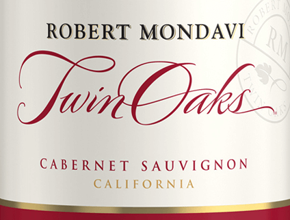 DeTwin Oaks Cabernet Sauvignon van Robert Mondavi uit het zonnige wijnbouwgebied van Californië is een prachtige rode wijncuvée van de druivensoorten Cabernet Sauvignon (77%), Petite Sirah (7%), Syrah (6%) en andere rode complementaire druivensoorten (10%). Een warm kersenrood met paarse accenten schittert in het glas van deze wijn. Het evenwichtige bouquet verleidt de neus met aroma's van zwarte bessen, zoete gerijpte kersen en kruidige nuances van eikenhout, versgemalen koffie en toast. In de mond heeft deze Amerikaanse rode wijn een harmonisch ronde, evenwichtige body met een warme, kruidige fruitigheid. De tannines zijn fluweelachtig rijp en harmoniëren wonderwel met de fruitige zoetheid en de vitale zuurgraad. De lange afdronk is heerlijk aromatisch. Vinificatie van de Robert Mondavi Twin Oaks Cabernet Sauvignon In de wijngaarden van Californië (voornamelijk Lodi en Sierra Foothills) worden de druiven bij optimale rijpheid geoogst. Zodra de oogst bij de wijnmakerij is aangekomen, worden de bessen voorzichtig geplet. De most wordt vervolgens gefermenteerd bij een gecontroleerde temperatuur in roestvrijstalen tanks. Deze rode wijn is gerijpt in roestvrijstalen tanks en in Amerikaanse en Franse eiken vaten. Spijs aanbeveling voor de Cabernet Twin Oaks Mondavi Deze droge rode wijn uit de VS is een uitstekende begeleider van gezellige barbecues met familie en vrienden. Of serveer deze wijn bij verse pastagerechten met kruidig-zure sauzen.