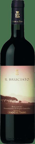 De Il Bruciato Bolgheri DOC van Guado al Tasso is de Supertuskische topper van het wijnhuis Antinori aan de Toscaanse Middellandse Zeekust. Deze rode wijn presenteert zich in het glas met een intense robijnrode en paarse reflecties, op de neus onthult hij een fruitig en expressief bouquet dat doet denken aan rood en zwart bessenfruit zoals cassis en bramen, aangevuld met nuances van kaneel, sandelhout, cacao en koffiebonen. In de mond is deze opmerkelijke rode wijn uit Guado al Tasso vol, zeer rond en heerlijk aangenaam. Een enorm harmonieuze rode wijn die perfect inspeelt op de sterke punten van zijn druivenrassen. Vinificatie van deIl Bruciato Bolgheri DOC van Guado al Tasso Deze rode cuvée is gevinifieerd uit Cabernet 65%, Merlot 20% en Syrah 15%. De geselecteerde druiven voor Il Bruchiato zijn afkomstig van een aantal wijngaarden die typische Bolgheri kenmerken vertonen. Fermentatie en maceratie vinden plaats in temperatuurgecontroleerde roestvrijstalen tanks. In het geval van een partij Merlot en Syrah wordt de gistingstemperatuur zeer laag gehouden om de typische aroma's van deze druivensoorten tot hun recht te laten komen. De wijn ondergaat vervolgens een malolactische gisting, deels in roestvrijstalen tanks en deels in barrique, waarna de wijnen van de drie druivensoorten worden samengebracht in de cuvée. De wijn wordt vervolgens 7 maanden in Franse eiken vaten gerijpt, gevolgd door 4 maanden flesrijping voordat hij wordt vrijgegeven. Aanbevolen voedsel voor de Guado al Tasso Il Bruciato Bolgheri DOC Serveer deze expressieve rode wijn uit de Maremma bij stoofpot van wild zwijn, ossenhaas en gegrilde groenten. Onderscheidingen voor de Il Bruciato Bolgheri DOC van Tenuta Guado al Tasso James Suckling: 94 punten voor 2016 Robert M.Parker: 93+ punten voor 2016 Gambero Rosso: 2 glazen voor 2015 en 2014 Wine Spectator: 92 punten voor 2015, 90 punten voor 2013 James Suckling: 92 punten voor 2013