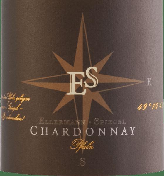Met de Chardonnay Goldkapsel van Ellermann-Spiegel komt een prachtige witte wijn in het glas, die schittert met een expressieve lichtgouden kleur. De eerste neus van deze expressieve witte wijn uit de Pfalz onthult rijpe Abbé Fetel en Williams peer, wat ananas, gevolgd door minerale tonen en een nuance van Galia meloen. In de mond is de Chardonnay Goldkapsel van Frank Spiegel mooi delicaat, romig en vol van smaak. Toch ontbreekt het de wijn niet aan elegantie. De aroma's van de neus worden in de mond aangevuld met delicaat zoet steenfruit en een speelse nootmuskaatkruidigheid. De harmonieuze zuurgraad van de wijn zorgt voor een levendige drinkstroom. Vinificatie van hetChardonnay Goldkapsel van Ellermann-Spiegel Frank Spiegel betrekt de druiven voor deze top Chardonnay van zijn perceel Domterrassen. Na de maceratie wordt het sap geperst en gefermenteerd in roestvrijstalen tanks onder temperatuurcontrole.Ongeveer 30% wordt gevinifieerd in barriques van Frans eikenhout om de wijn nog meer complexiteit en zachtheid te geven. Spijsadvies voor Ellermann-Spiegel Chardonnay Goldkapsel Geniet van deze krachtige Duitse witte wijn uit de Pfalz het beste bij gebraden kip met mediterrane gegrilde groenten of gewoon op zichzelf.
