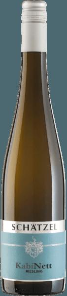 De Riesling Nierstein Kabinett van Weingut Schätzel in Rheinhessen vertoont een briljante, lichtgele kleur wanneer hij in een glas wordt geschonken. Als je hem wat lucht geeft door hem te zwenken, wordt deze witte wijn gekenmerkt door een immense lichtheid die hem pittig doet dansen in het glas. Deze witte wijn uit de Oude Wereld, die in een wit wijnglas wordt geschonken, vertoont heerlijk expressieve aroma's van Mon Cheri kers, zwarte bes, peer en pruimenjam, afgerond met andere fruitige nuances De Riesling Nierstein Kabinett van Weingut Schätzel is ideaal voor alle wijndrinkers die graag zo weinig mogelijk restzoet in hun wijn hebben. Tegelijkertijd oogt hij echter nooit mager of broos, zoals men zou verwachten van een wijn in deze prijsklasse. Deze dichte witte wijn presenteert zich lichtvoetig en veelgelaagd in de mond. Dankzij de levendige fruitzuren presenteert de Riesling Nierstein Kabinett zich uitzonderlijk fris en levendig in de mond. De finale van deze witte wijn uit het wijnbouwgebied Rheinhessen, die in staat is om te rijpen, is uiteindelijk verrukkelijk met een opmerkelijke afdronk. Vinificatie van de wijngaard Schätzel Riesling Nierstein Kabinett Basis voor de elegante Riesling Nierstein Kabinett uit Rheinhesse zijn druiven van het druivenras Riesling. De Riesling Nierstein Kabinett is een wijn uit de Oude Wereld door en door, want deze Duitse wijn ademt een buitengewone Europese charme, die het succes van wijnen uit de Oude Wereld duidelijk onderstreept. Het feit dat de Rieslingdruiven gedijen onder de invloed van een tamelijk koel klimaat heeft een niet te ontkennen invloed op de rijping van de druiven. Dit uit zich onder meer in bijzonder lange en gelijkmatige druiven en een vrij gematigd alcoholgehalte in de wijn. Na de druivenoogst worden de druiven snel naar de wijnmakerij gebracht. Hier worden ze gesorteerd en zorgvuldig uit elkaar gehaald. De gisting vindt vervolgens plaats in de kelder met gecontroleerde temperatuur. Na afloop van de gisting.
