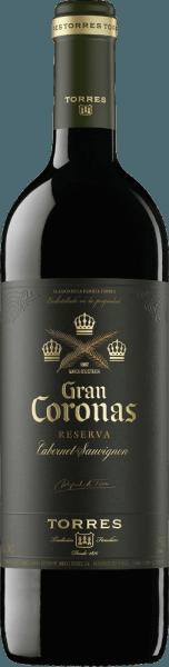De intens rode kleur van deGran Coronas van Miguel Torreslijkt op die van een glinsterende steenrode robijn. Deze Spaanse rode wijn wordt gevinifieerd van de druivenrassen Cabernet Sauvignon (85%) en Tempranillo (15%). Aromatisch complex, vult deze rode wijn de neus metaroma's van donker fruit (zure kersen, wilde bessen),kruidige tonen (zwarte peper, kruidnagel) en hints van kruiden en kreupelhout. Zacht en vol van smaak met rijp fruit en delicate, licht aardse kruiden, evenals duidelijk gestructureerde, zijdeachtig geïntegreerde tannines, verwent deze Spaanse wijn het gehemelte. Bovendien geeft deze rode wijn uiteindelijk een veelgelaagd, krachtig, aromatisch geconcentreerd en rond gevoel, gevolgd door een lange, soepel elegante afdronk. Vinificatie van de Miguel Torres Gran Coronas Eerst worden de Tempranillo druiven geoogst. Daarna worden de Cabernet Sauvignon druiven geoogst. In de wijnmakerij worden ze geplet en gedurende 7-8 dagen vergist bij 28-29 °C in roestvrijstalen tanks. De wijn rijpt vervolgens twaalf maanden in Franse eiken vaten. In de fles blijft deze wijn nog enige tijd rusten. Spijsadvies voor deGran Coronas Cabernet Sauvignon van Miguel Torres Geniet van deze droge rode wijn uit Spanje bijworst en ham, gestoofde aubergines,mals lams- en rundvlees (gebraden, gegrild), wildgerechten en diverse Spaanse harde kazen in de stijl van Manchego.
