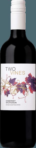 De Two Vines Cabernet Sauvignon van Columbia Crest is een soepele, evenwichtige rode wijnblend uit de staat Washington die de druivensoorten Cabernet Sauvignon (95%), Merlot (4%) en Shiraz (1%) combineert. In het glas schittert deze wijn in een donkerrode kleur met kersenkleurige accenten. Het bouquet onthult een fruitig aroma van sappige kersen en rijpe bosbessen. Daarnaast zijn er fijne nuances van eikenhout. Met een zacht evenwicht en een evenwichtige body overtuigt deze Amerikaanse rode wijn het gehemelte. Het volle fruit harmonieert wonderwel met discrete geroosterde noten en delicate hints van pure chocolade. De aanhoudende afdronk wacht met een mooie lengte. Vinificatie van de Columbia Crest Cabernet Sauvignon Two Vines Nadat de druiven zijn geoogst, worden ze ontsteeld en zorgvuldig gekneusd in de Columbia Crest winery. Het resulterende beslag wordt gedurende 7 tot 10 dagen gefermenteerd. Om deze rode wijn zijn rijke kleur en expressieve aroma's te geven, wordt de most tweemaal per dag over de giststarter gepompt. Na de gisting rijpt deze wijn 12 maanden in houten vaten. Spijs aanbeveling voor de Cabernet Sauvignon Columbia Crest Two Vines Geniet van deze droge rode wijn uit de VS bij vers gegrild rundvlees met knapperige salade, pastagerechten in kruidige sauzen of ook bij middelrijpe kazen.