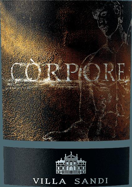 De op vat gerijpte Còrpore Marca Trevigiana uit het wijnbouwgebied Veneto onthult een helder paarsrood in het glas. Met een beetje zijwaarts leggen onthult het Bordeauxglas een charmante granaatrode tint aan de randen. Bij het ronddraaien van het wijnglas kan men een eersteklas evenwicht in deze rode wijn waarnemen, omdat hij niet waterig, stroperig of likeurachtig aan de wanden van het glas afsteekt. In de neus presenteert deze Villa Sandi rode wijn allerlei soorten lavendel, pruimen, viooltjes, wilde bessenjam en moerbeien. Alsof dat nog niet indrukwekkend was, voegen zwarte thee, oosterse specerijen en zonverwarmde rotsen zich bij de mix als gevolg van de rijping in kleine houten vaten. De Còrpore Marca Trevigiana van Villa Sandi is de juiste keuze voor alle wijnliefhebbers die zo weinig mogelijk zoetigheid in hun wijn willen. Maar tegelijkertijd toont het zich nooit mager of broos. Evenwichtig en veelgelaagd, presenteert deze dichte rode wijn zich in de mond. De Còrpore Marca Trevigiana is fris en levendig in de mond, dankzij de beknopte fruitzuren. In de afdronk inspireert deze rode wijn uit de wijnstreek Veneto uiteindelijk met een aanzienlijke lengte. Wederom zijn er tonen van morellen kersen en rum te zien. Vinificatie van de Villa Sandi Còrpore Marca Trevigiana De basis voor de evenwichtige Còrpore Marca Trevigiana uit Veneto zijn druiven van het druivenras Merlot. Na de handmatige oogst worden de druiven onmiddellijk naar de perserij gebracht. Hier worden ze geselecteerd en zorgvuldig vermalen. De gisting volgt in klein hout en groot hout bij gecontroleerde temperaturen. De gisting wordt gevolgd door 12 maanden rijping in eiken barriques. Aanbevolen voedsel voor de Villa Sandi Còrpore Marca Trevigiana Geniet van deze rode wijn uit Italië ideaal getempereerd op 15 - 18°C als begeleidende wijn bij kalfskotelet met bonen en tomaten, lamsstoofpot met kikkererwten en gedroogde vijgen of ossobuco. Onderscheidingen voor de Còrpore Marca Trevigiana van Villa Sandi