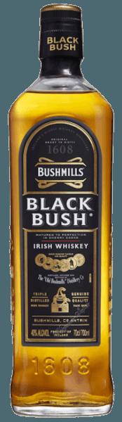 """De Bushmills Black Bush van de Old Bushmills Distillery biedt rijke en fruitige tonen, met hints van gedroogd fruit, rozijnen tot kerstkoekjes, en kruidige aroma's die samen met de zoete sherrytoetsen tot een verfijnd bouquet leiden. In de mond is deze Ierse whisky zacht en zijdeachtig van textuur, met nootachtige smaken die het subtiele samenspel tussen zoetheid en alcohol complementeren. Productie en rijping van de Bushmills Black Bush door de Old Bushmills Distillery Bushmills Black Bush Irish Whiskey is een van de populairste whiskeys in Ierland. Hij is gemaakt van een mengsel van 80% maltwhisky's en 20% graanwhisky's die tot 8 jaar in voormalige oloroso sherryvaten zijn gerijpt. Het aandeel malt whisky is uitzonderlijk hoog. Alle Bushmills malts worden driemaal gedistilleerd. Het beslag bevat, volgens de eeuwenoude traditie, ongemoute gerst, het is volledig afgezien van het drogen boven turfrook. Dit geeft deze Ierse whisky's van de traditionele distilleerderij Old Bushmills hun typische fruitige, zachte karakter, zonder rokerige tonen in het aroma en de smaak. Serveeradvies voor de Bushmills Black Bush van de Old Bushmills Distillery Kenners raden aan van Bushmills Black Bush Irish Wishkeyte genieten op kamertemperatuur, omdat dan de complexe kruidige aroma's en smaken het best tot ontwikkeling komen. Natuurlijk kan het puur worden geserveerd of op ijs. Awards San Francisco World Spirits Competition 2015 en 2014 Goud; International Wine & Spirit Competition 2013 """"Outstanding"""" Goud; San Francisco World Spirits Competition 2010 Dubbel Goud"""