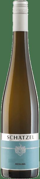De lichtvoetige Riesling van Weingut Schätzel komt in het glas met een briljante lichtgele kleur. Deze witte wijn uit de Oude Wereld, die in een wit wijnglas wordt geschonken, presenteert heerlijk expressieve aroma's van moerbei, braam, bosbes en appel, afgerond met bittere chocolade, kruidige peperkoek en groene pepers Deze wijn is verrukkelijk met zijn elegante droge smaak. Hij werd gebotteld met slechts 6 gram restsuiker. Zoals je van een wijn natuurlijk mag verwachten, brengt deze Duitse wijn je in vervoering met het fijnste evenwicht ondanks al zijn droogheid. Voor aroma is niet per se veel restsuiker nodig. Lichtvoetig en veelzijdig, presenteert deze lichte witte wijn zich op het gehemelte. Door zijn bondige fruitzuren presenteert de Riesling zich uitzonderlijk fris en levendig in de mond. De finale van deze witte wijn uit het wijngebied Rheinhessen, meer bepaald uit Nierstein, overtuigt uiteindelijk met een aanzienlijke nagalm. Vinificatie van de Riesling van Weingut Schätzel De basis voor de elegante Riesling uit Rheinhessen zijn druiven van de druivensoort Riesling. De druiven voor deze witte wijn uit Duitsland worden uitsluitend met de hand geoogst nadat een optimale rijpheid is gegarandeerd. Na de oogst worden de druiven onmiddellijk naar de perserij gebracht. Hier worden ze gesorteerd en zorgvuldig gemalen. Vervolgens vindt de gisting plaats bij een gecontroleerde temperatuur. Na het einde van de gisting. Spijsadvies voor de Riesling van wijngaard Schätzel Deze Duitse witte wijn wordt het best goed gekoeld gedronken bij 8 - 10°C. Hij past perfect