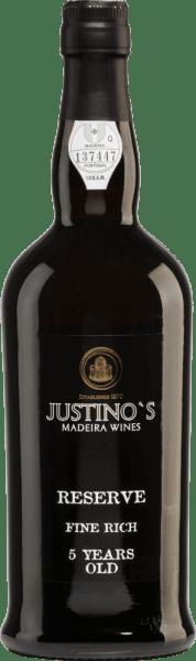 De klassieke, zoete MadeiraReserve Fine Rich 5 Years Old van Vinhos Justino Henriques is gevinifieerd van de Complexa en Negra Mole druivenrassen. In een heldere amberkleur fonkelt deze wijn in het glas. De neus wordt duidelijk gedomineerd door intense aroma's van gedroogd fruit. In de mond laat deze Madeira zich van zijn zachte en zoete kant zien met een elegant aroma van gedroogde abrikozen. De middellange afdronk wordt begeleid door nuances van pure chocolade en een fijne hint van druiven. Vinificatie van de Justino HenriquesReserve Fine Rich 5 jaar oud De druiven worden zorgvuldig met de hand geoogst van 20-25 jaar oude wijnstokken. Na de oogst worden de druiven naar de wijnmakerij vanVinhos Justino Henriques gebracht en bij gecontroleerde temperatuur gefermenteerd in roestvrijstalen tanks. Daarna volgt een rijping van enkele jaren in gebruikte houten vaten. Voor de assemblage worden uitsluitend wijnen gebruikt die ten minste 5 jaar in eiken vaten hebben gerijpt. Spijs aanbeveling voor de5 jaar oudReserve Fine Rich Justino Henriques Deze zoete Madeira past perfect bij desserts - vooral fruitdesserts, roomijs of versgebakken taarten.