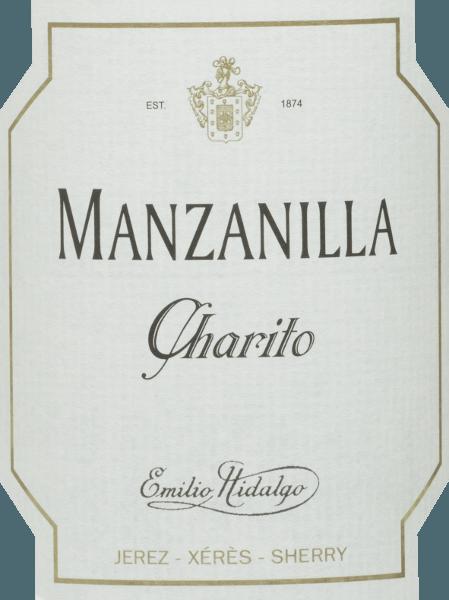 De Charito Manzanilla vanEmilio Hidalgo is een verfrissende, droge sherry van de druivensoort Polomino Fino (100%) In het glas schittert deze wijn in een schitterend strogeel met sprankelende reflecties. In de neus geuren van geel steenfruit en noten. In de mond is deze sherry licht en elegant met een lange afdronk. Vinificatie van deEmilio HidalgoCharito Manzanilla De met de hand geplukte druiven worden ontsteeld, voorzichtig geperst en de resulterende most wordt gefermenteerd in roestvrijstalen tanks onder temperatuurcontrole. Deze jonge wijn wordt vervolgens afgetapt, versterkt en in Amerikaanse eiken vaten geplaatst voor een eerste rijping. De vaten worden slechts tot op zekere hoogte gevuld (maximaal 85%), zodat de karakteristieke flor (een gistlaag) zich kan ontwikkelen, die de wijn luchtdicht afsluit en hem het sherry-specifieke aroma geeft. Zodra de wijn is gerijpt, wordt hij overgebracht naar het traditionele solera-systeem, waarbij sherry's van hetzelfde type drie tot tien jaar in boven elkaar geplaatste vaten rijpen. De oudste wijnen worden opgeslagen in de onderste vaten (Solera), terwijl de jongste wijnen worden opgeslagen in de bovenste rijen (Criaderas). De sherry bestemd voor de verkoop wordt altijd uit de onderste vaten gehaald. Hier wordt echter slechts een klein deel (maximaal een derde) genomen en het genomen deel wordt vervolgens opgevuld met sherry uit de bovenste rijen. Dit principe wordt voortgezet tot in de bovenste vaten, waar jonge wijn, de Mosto, aan de sherry wordt toegevoegd. Aanbevolen voedsel voor deManzanilla Charito vanEmilio Hidalgo Deze droge sherry uit Spanje smaakt het best gekoeld en past als aperitief of ook uitstekend bij tapas, vis en zeevruchten.