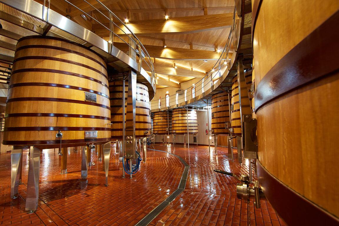 Vega Sicilia offene Gärständer im Weinkeller