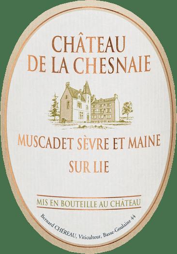 De Château de la Chesnaie Muscadet Sèvre-et-Maine sur Lie van Chéreau Carré presenteert zich in een stralend, helder strogeel met zilverachtige reflecties. Het duidelijk fruitige en zeer fris ruikende bouquet doet denken aan citrusvruchten, witte perzik, nectarines en licht exotische tonen van lychee, meloen en ananas. Daarbovenop komen delicate hints van witte bloemen zoals kamperfoelie, delicate toastaroma's van vers geroosterd wit brood en een hint van zeelucht. Het kristalheldere gehemelte met de levendige en frisse zuren geeft de wijn levendigheid, kracht en lichtheid. Het mondt uiteindelijk uit in een zeer mooie en lange afdronk met een wrange fruitige nasmaak van citroen en grapefruit. Vinificatie van de Muscadet Chéreau Carré uit de Loire De gezonde en volledig rijpe Muscadet-druiven worden zo snel mogelijk naar de wijnmakerij gebracht, waar ze voorzichtig worden geperst in pneumatische persen en niet met een maximale sapopbrengst, waarna de most wordt voorgeklaard door koude bezinking en in ongeveer 2-3 weken wordt vergist met zuivere cultuurgisten. In overeenstemming met de AOC-voorschriften blijft de wijn na de gisting gedurende de hele rijpingsperiode op de fijne droesem (sur lie) tot aan de botteling. De traditionele bâtonnage, het regelmatig omroeren van de fijne droesem, geeft het fruit nog meer expressie en de wijn over het geheel genomen een nog elegantere body en evenwicht. Na een rijping van ten minste vier maanden wordt de witte wijn in het voorjaar in Château de la Chesnaie rechtstreeks van de droesem gebotteld. Spijsaanbeveling bij de Muscadet uit de Val de Loire Deze wijn wekt onmiddellijk de eetlust op en harmonieert perfect met verse of gegratineerde oesters, langoustines, mosselen in roomsaus, zeevruchtensalades, fijne visgerechten (bijv. zalm, kort gebakken in boter) of geitenkaas. Maar het is ook uitstekend als verfrissend aperitief.