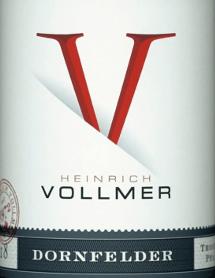 De Dornfelder QbA van Weingut Heinrich Vollmer in de Pfalz heeft een heldere, purperrode kleur in het glas. De neus van deze rode Weingut Heinrich Vollmer wijn toont allerlei soorten bosbessen, zwarte kersen, pruimen, morellen en moerbeien. Alsof dat nog niet indrukwekkend was, komen daar nog kaneel, cacaoboon en peperkoekkruiden bij De Dornfelder QbA van Weingut Heinrich Vollmer is een goede keuze voor alle wijnliefhebbers die van droog houden. Het is echter nooit schraal of broos, maar rond en glad. Op de tong wordt deze goed uitgebalanceerde rode wijn gekenmerkt door een ongelooflijk dichte textuur. Dankzij de beknopte fruitzuren is de Dornfelder QbA heerlijk fris en levendig in de mond. De afdronk van deze rode wijn uit de wijnstreek Pfalz, om precies te zijn uit Ellerstadt (DE), inspireert uiteindelijk met een goede nagalm. De afdronk gaat ook gepaard met minerale facetten van de door klei gedomineerde bodem. Vinificatie van de Dornfelder QbA van Weingut Heinrich Vollmer De basis voor de evenwichtige Dornfelder QbA uit de Pfalz zijn druiven van het druivenras Dornfelder. In de Pfalz groeien de wijnstokken die de druiven voor deze wijn voortbrengen op kleigrond. Na de druivenoogst bereiken de druiven snel de wijnmakerij. Hier worden ze geselecteerd en zorgvuldig vermalen. De gisting vindt vervolgens plaats in de kelder bij gecontroleerde temperaturen. De gisting wordt gevolgd door een rijping. Spijsadvies voor de Dornfelder QbA van Weingut Heinrich Vollmer Geniet van deze rode wijn uit Duitsland op een temperatuur van 15 - 18°C als begeleider van gekookte kalfsfilet met bonen en tomaten, ganzenborst met gember-rode kool en marjolein of spaghetti met kappertomatensaus.