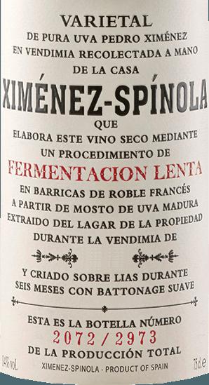 """De Fermentacion Lenta van Ximénez-Spinola schittert in een helder goud in het glas, terwijl hij verleidt met zijn heerlijke bouquet. Deze wordt gedomineerd door de aroma's van Franse barrique vaten in interactie met de harmonieuze tonen van rozijnen en pruimen. In de mond is deze sherry rijk en weelderig, de afdronk wordt gedomineerd door tonen van rijp fruit en hout. Al met al een zeer uitnodigende en lang aanhoudende sherry. Productie van de Fermentacion Lenta van Ximénez-Spinola De druiven voor deze sherry van 100% Pedro Ximénez worden overrijp geoogst en voorzichtig geperst. """"Fermentacion Lenta"""" betekent langzame gisting, en dat is de manier waarop deze sherry wordt gemaakt, waarbij de Franse eiken vaten dag na dag met slechts 30 liter most tegelijk worden gevuld. Daarna worden de mosten 6 maanden in het vat bewaard. Aanbevolen voedsel voor de Fermentacion Lenta van Ximénez-Spinola Geniet van de Fermentacion Lenta bij gerookte vis, zoals zalm en tonijn, Spaanse ham en rijstgerechten met wit vlees."""