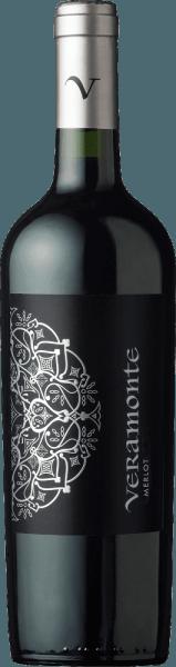De Merlot van Veramonte is een aantrekkelijke, rasechte rode wijn uit de Chileense wijnstreek Valle de Casablanca In het glas schittert deze wijn in een diep robijnrood met granaatkleurige accenten. Het expressieve bouquet combineert intense aroma's van verse bramen, rijpe frambozen met fijne hints van aalbessen en een vleugje kruiden. Zeer fruitig, deze Chileense rode wijn overtuigt het gehemelte. Daarnaast een mooie frisheid met fruitige tonen van rode bessen en - dankzij de houtrijping - fijne hints van specerijen en vanille. De afdronk heeft een mooie, aangename lengte. Vinificatie van de Merlot Veramonte De Merlot-druiven voor deze rode wijn worden geoogst in de koele vroege ochtenduren in de Casablanca-vallei. In de kelder worden de druiven volledig ontsteeld en 5 dagen gemacereerd in open stalen tanks. Daarna wordt de temperatuur in de roestvrijstalen tanks verhoogd en begint de alcoholische gisting. Als dit proces is voltooid, blijft deze wijn nog 10 dagen op de schillen. Afgerond rijpt deze wijn 8 maanden in eiken vaten (meervoudige bezetting). Aanbevolen voedsel voor de Veramonte Merlot Deze droge rode wijn uit Chili past zeer goed bij gegrild vlees, lamsrack in kruidenjasje, Italiaanse pastabakken (lasagne of cannelloni) maar ook bij gerijpte harde kazen.