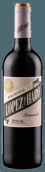 De Hacienda López de Haro Tempranillo van Bodega Classica presenteert zich met een briljant robijnrood in het glas en betovert met zijn veelgelaagde bouquet. Deze combineert de rokerige kruidigheid van hout met de heerlijke fruitaroma's van aardbeien en frambozen en wordt onderstreept door een nuance van rood zoethout. Deze Rioja-wijn is dicht in de mond met een aangename zuurgraad en rijpe tannines die deze Tempranillo een lange afdronk geven. Vinificatie voor de Hacienda López de Haro Tempranillo van Bodega Classica Deze rode wijn is gemaakt van 100% handgeplukte Tempranillo druiven van oude wijnstokken, die tussen de 50 en 70 jaar oud zijn en afkomstig uit San Vicente de la Sonsierra. Na de gisting en de fermentatie rijpte deze Spaanse rode wijn ongeveer 3 tot 4 maanden in nieuwe vaten. Spijsadvies voor de Hacienda López de Haro Tempranillo van Bodega Classica Geniet van deze droge rode wijn bij stevige tapas, Iberische ham, paella, rood vlees of kaas. Onderscheidingen voor de Hacienda López de Haro Tempranillo van Bodega Classica Tempranillos al Mundo Awards: Zilver (oogstjaar 2015) Robert Parker / The Wine Advocate: 89 punten (jaargang 2012)