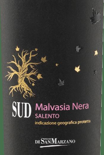 De SUD Malvasia Nera van de Cantine San Marzano is een rasechte, zachte en volle rode wijn uit het Italiaanse wijnbouwgebied Apulië. In een robijnrode kleur met zwart-paarse reflecties, glinstert deze wijn in het glas. In de neus ontvouwt zich het fruitig-kruidige bouquet, gedomineerd door zwarte kersen, kruidnagel, kaneel en vlierbes. In de mond biedt deze Italiaanse rode wijn een krachtig fruitig aroma ensemble. Prachtig geïntegreerde houttoetsen verenigen zich met de kruidigheid van steranijs, kaneel, kruidnagel en het fruit van rode bessenjam. De SUD Malvasia Nera komt rond en zacht langs en sluit af met een blijvende afdronk. Vinificatie van de Cantine San Marzano Sud Malvasia Nera De most van de Malvasia Nera druiven wordt na de oogst en persing 10 dagen op de schillen gelaten. Daarna wordt hij afgevuld in barriques van Frans eikenhout om te rijpen. Gedurende 4 maanden wordt deze rode wijn daarin gerijpt en krijgt hij zijn kruidige karakter. Spijs aanbeveling voor de Malvasia San Marzano SUD Geniet van deze rode wijn uit Italië bij kruidige, oosterse en Indiase gerechten, zoals lamscurry of masala, gestoofd vlees, maar ook bij gekookt fruit en amandelgebak.