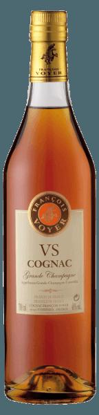 DeVS Cognac Grande Champagne van François Voyerpresenteert zich in een elegante amber-mahonie tint in het glas. Het krachtige bouquet van deze cognac ontvouwtaroma's van vanille en limoen, maar ook van witte bloemen. De fruitige en aangename smaak wordt ingeleid door een delicate aanzet die lang op het gehemelte blijft hangen. Serveersuggesties voor de VS Cognac Grande Champagne van François Voyer Geniet van deze cognac goed gekoeld uit de vrieskou of in cocktails. Tip:Brandewijnthee 1 schijfje sinaasappel 1 schijfje citroen 2 theelepels honing 4 cl VS Cognac Grande Champagne Schud alle ingrediënten en voeg dan heet water toe.
