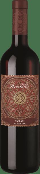 De Syrah van Feudo Arancio uit het Italiaanse wijnbouwgebied DOC Sicilia is een aangename, fluweelzachte en zuivere rode wijn. In het glas presenteert deze wijn zich in een intens, diep robijnrood. Het rijke bouquet overtuigt met aroma's van donkere bosbessen, kersen en pruimen. Het gehemelte heeft een volle body met zijdezachte tannines. Opulente aroma's van bramen, frambozen met daaronder fijne specerijen karakteriseren de indruk in de mond. De kruidigheid doet denken aan tabaksdozen en zwarte peper. Ook zijn er elegante nuances van mediterrane kruiden als tijm te horen. Een complexe, volle Italiaanse rode wijn met fijne elegantie en delicate smelting. Vinificatie van de Syrah Feudo Arancio De Syrah-druif, die oorspronkelijk uit het Midden-Oosten komt, vindt op Sicilië ideale groeicondities dankzij de bodem en de sterke zon. De druiven worden geoogst wanneer ze perfect rijp zijn. Na de ontsteling gist de most 12 dagen op de schillen. De malolactische gisting vindt eveneens plaats in stalen tanks, waarna de Syrah gedurende 10 maanden rijpt in Franse barriques. Aanbevolen voedsel voor de Freudo Arancio Syrah Wij bevelen deze droge rode wijn uit Italië aan bij antipasti, zwaardvissteak, gegrild rood vlees, wild, gerookte kaas en kruidenkaas.