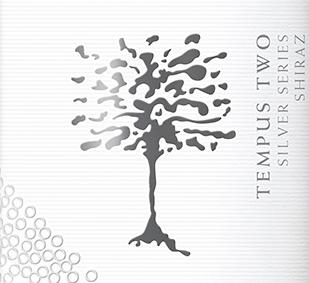 De Silver Series Shiraz van Tempus Two presenteert zich met een intensieve bramentoon in het glas en is gevinifieerd van de druivensoorten Shiraz (95%) en Petit Verdot (5%). Het bouquet ontvouwt aroma's van donkere specerijen, zwarte peper en kaneel, evenals met de heerlijke smaken van rijpe pruimen en rood bessenfruit. Deze Australische rode wijn is zacht en uitnodigend fruitig in de mond met een subtiele vanilletoets. Spijsadvies voor de Tempus Two Silver Series Shiraz Geniet van deze droge rode wijn uit Australië bij aromatische gerechten zoals gegrild vlees en wild, groenteschotels of zelfs de Italiaanse klassieker pizza.