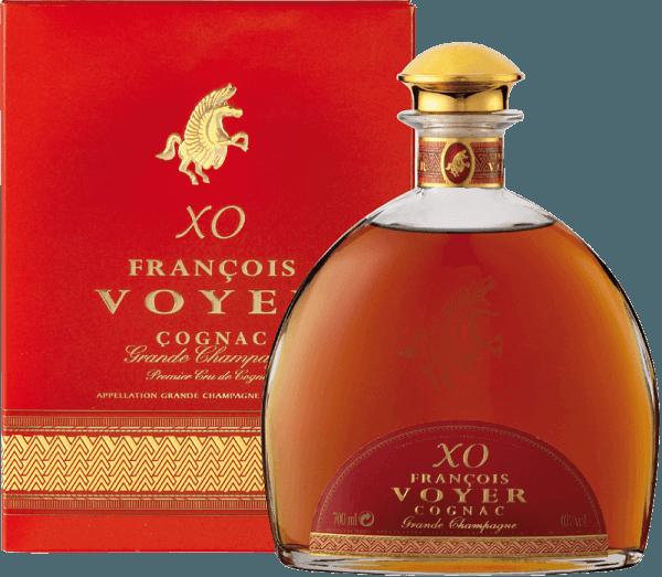 De XO François Voyer Gold Cognac Grande Champagne van François Voyer maakt indruk met een robijnbruine kleur en mahoniekleurige reflecties. De uitzonderlijke brandyverleidt met intense bloemige noten, die overheersen over hout- en kruidentonen. De lange rijping in eiken vaten geeft het de harmonie en de kenmerken van een uitstekende oude cognac. De smaak is elegant en verfijnd, met een rijkdom aan aroma's zoals vanille, gedroogd fruit, gember en walnoten. Ze vermengen zich met subtiele hints van peper, specerijen en hout. De houtsmaak wordt verlengd met hints van gedroogd fruit en vanille in de lange en complexe afdronk. Serveersuggesties voor de XO François Voyer Gold Cognac Grande Champagne van François Voyer Geniet ervan onverdund of met ijsblokjes nadat u het 10 minuten in het glas heeft laten opwarmen.