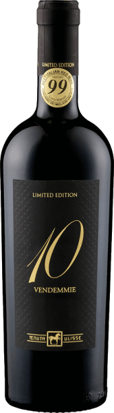 De Dieci Vendemmie Montepulciano d'Abruzzo van Tenuta Ulisse is een limited edition die op onnavolgbare wijze 10 jaargangen in één fles combineert. Deze bijzondere Montepulciano presenteert zich in het glas in een intens robijnrood en streelt de neus met intense aroma's van pruimen en kersenjam. Het bouquet van deze wijn wordt onderstreept door tonen van tabak en een delicate kruidigheid. In de mond is de Dieci Vendemmie van Ulisse een heerlijk krachtige rode wijn die zacht en verleidelijk op de tong ligt. Zijn fijne tannines en de edele zoetheid van het extract maken hem onvoorstelbaar zacht. De afdronk wordt gekenmerkt door aroma's van cacao, koffie en vanille. Vinificatie van de Tenuta Ulisse Dieci Vendemmie Deze rode wijn is een cuvée van wijnen uit 10 verschillende wijnjaren. Een deel van de druiven voor deze wijn werd slechts licht overrijp geoogst. Dit werd gevolgd door een maceratie van 15-20 dagen, gevolgd door een gisting onder gecontroleerde temperatuur. Een deel van de Dieci Vendemmie werd gedurende 12 maanden in eiken vaten gerijpt. Aanbevolen voedsel voor de Tenuta Ulisse Dieci Vendemmie Geniet van deze droge rode wijn bij rood vlees, wild of stevige voorgerechten. Onderscheidingen voor de Ulisse Dieci Vendemmie Luca Maroni: 99 punten