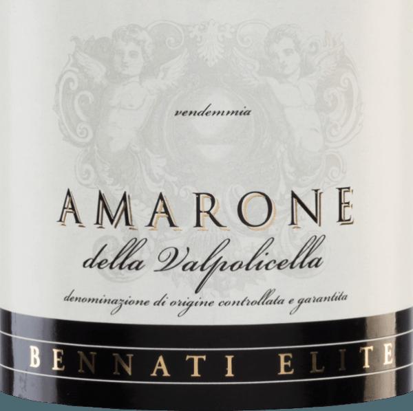 De Corte Pitora Amarone van Bennati is een expressieve cuvée van rode wijn van de druivenrassen Corvina (85%), Rondinella (10%) en Molinara (5%). In het glas fonkelt deze Italiaanse wijn in een donker robijnrood. Het bouquet heeft complexe aroma's van rijpe pruimen en sappige kersen met fijne bloemige hints. In de mond is deze rode wijn vol van smaak met lichte kruidige tonen en een sterke tanninestructuur. De afdronk is heerlijk lang, elegant en wordt gedragen door kersentonen. Vinificatie van de Bennati Amarone della Valpolicella Corte Pitora Ten noordwesten van Verona, in de regio Veneto, zijn de druiven voor deze rode cuvée afkomstig van 15 jaar oude wijnstokken. Na de zorgvuldige handmatige oogst van de druiven worden deze in de wijnkelder gekneusd. Het beslag wordt gefermenteerd in roestvrijstalen tanks en vervolgens gerijpt in grote houten vaten gedurende in totaal 24 maanden. Dit geeft de wijn zijn intense kleur, sterke tannines en kruidige tonen. Spijs aanbeveling voor de Corte Pitora Bennati Amarone Geniet van deze droge rode wijn uit Italië bij wildgerechten - bijvoorbeeld gebraden wild zwijn met rode kool en knoedels - of bij pittige kazen zoals blauwe kaas.