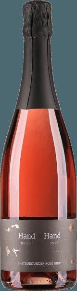 De Hand in Hand Pinot Noir Rosé Sekt Brut van Meyer-Näkel & Klumpp presenteert zich in het glas met een prachtig rosérood en een gelaagd bouquet dat verleidt met aroma's van grenadine, aardbeien en kersen, maar ook met een vleugje appel en delicate kruidige tonen. Hints van vanillestokje, wat munt en brioche completeren de neus van deze verrukkelijke Pinot Noir mousserende wijn uit Duitsland. In de mond is de Hand in Hand Spätburgunder Rosé Sekt heerlijk delicaat en verkwikkend fris met een subtiele mineraliteit. Een delicate kick van restzoetheid zorgt voor drinkbaarheid, de perlage is coherent en draagt lang. Een complex drinkgenot, dat zich elegant, stijlvol presenteert en gedragen wordt door veel rood fruit tot in de finale. Vinificatie van de Hand in Hand Pinot Noir Rosé Sekt Deze mousserende wijn uit Baden wordt gevinifieerd van 100% handgeplukte Pinot Noir druiven, geteeld op expressieve en dichte löss- en lössleemgronden met een kalkbasis. Een deel van de basiswijn voor deze prachtige mousserende wijn van Meike Näkel en Markus Klumpp werd gerijpt in nieuwe barriques van Frans eikenhout, zodat de uiteindelijke mousserende wijn naast het fruit ook fijne kruidige tonen heeft. Serveersuggesties voor de Hand in Hand Pinot Noir Rosé Sekt Geniet van deze fruitige en romige mousserende wijn als aperitief of als begeleider van zeevruchten of gegrild gevogelte.