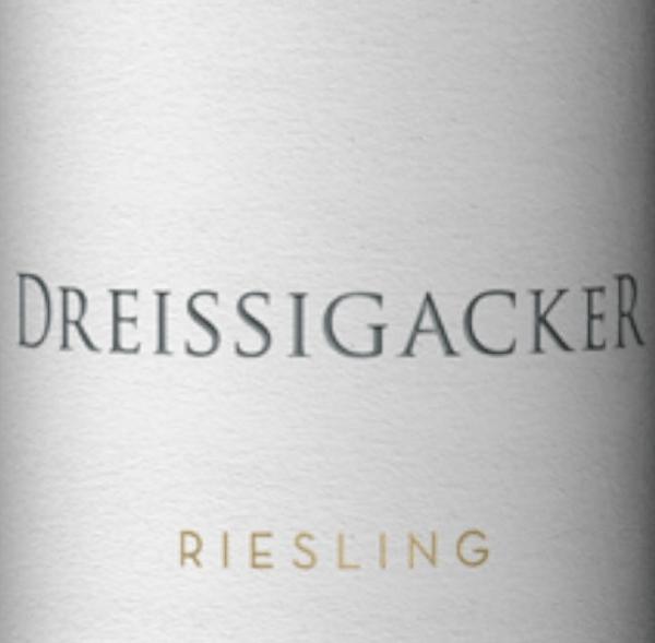 De Guts-Riesling uit Dreissigacker in Rheinhessen is kruidig, fris en mineraal met veel vers fruit. Deze biologisch gecertificeerdeRiesling toont een heldere neus metveel citrus en exotisch fruitevenals wat kruidigheid en kruidachtige mineraliteit. In de mond is de riesling van Dreissigacker helder en sappig. Deze biologische wijn uit Rheinhessen onthult een puristische mineraliteit en kruidig appelfruit, gevolgd door een evenwichtige zuurgraad en een lichte adstringentie. In de mond wordt de mineraliteit van Dreissigacker's Gutsriesling steeds complexer en indrukwekkender. De strak omzoomde taille van Dreissigacker's Riesling presenteert met dichte sappigheid en krachtige bovenlichaam. Een pittige, pittige witte wijn met frisheid, pit, diepte en lengte. Spijsadvies voor de Riesling Gutswein van Dreissigacker Geniet van deze heerlijke witte wijn uit Rheinhessen bij meloenbootjes met parmaham, schelpdieren, zeevruchten, vis- en gevogeltegerechten en ook bij saltimbocca met Parmezaanse risotto.