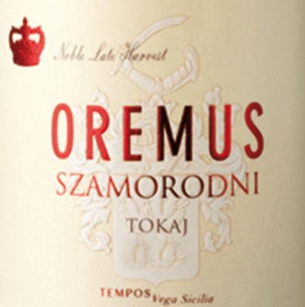 """DeTokaji Szamorodni van Tokaj Oremus wordt gevinifieerd van de druivensoorten Furmint en Harslevelü en is een sappige, levendige dessertwijn.Het woordSzamorodni komt uit het Pools en betekent """"geboren - gegroeid"""". Dit komt omdat de druiven worden geoogst terwijl ze aan de wijnstokken groeien. In het glas heeft deze wijn een sterk gouden kleur met amberkleurige reflecties. Het elegante bouquet wordt bepaald door een nootachtig aroma (vooral hazelnoten en amandelen) en fijne kruidige noten van vanille. In de mond heeft deze Tokaj een levendige zuurgraad die perfect harmonieert met de sappige zoetheid. De aroma's van de neus worden ook weerspiegeld en begeleiden in de aangenaam lange afdronk. Vinificatie van de OremusSzamorodniTokaji De bessen worden zorgvuldig met de hand geplukt van de wijnstokken terwijl ze zijn gegroeid (szamorodni). De botrytis-aantasting (edelrot) mag echter niet meer dan 60% bedragen. Zodra de druiven in de wijnmakerij van Oremus zijn aangekomen, worden ze 's nachts in speciale vaten gelegd en de volgende dag voorzichtig geperst. Het gistingsproces voor deze dessertwijn duurt ongeveer 3 tot 4 weken. Deze Tokaj wordt vervolgens 18 maanden gerijpt in nieuwe Hongaarse eiken vaten. Aanbevolen voedsel voor deSzamorodni Tokaj Oremus Deze edele zoete dessertwijn uit Hongarije past niet alleen perfect bij desserts met fruit. Ook licht gekoeld als aperitief of bij hartige kazen is deze wijn een genot."""