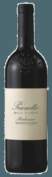 De Bric Turot Barbaresco DOCG van Prunotto is een cru uit de gelijknamige wijngaard. In het glas toont de Bric Turot een intens granaatrood met donkere robijnrode reflecties. In de neus verrast deze rode wijn met een complex scala aan aroma's, waaronder zoethout, kleine wilde bessen, kaneel, kruidnagel en viooltjes. Gestructureerd, evenwichtig en elegant, met volle, fluweelzachte en rijpe tannines die het gehemelte strelen, eindigt de Bric Turot in een lange en aanhoudende afdronk die smaakt naar rijp rood fruit. Vinificatie van de Bric Turot Barbaresco DOCG door Prunotto In het teeltgebied Barbaresco ligt de enige wijngaard Bric Turot tussen de dorpen Roncaglie en Tre Stelle. 5,3 ha groot, zuidoost-zuidwest georiënteerd, op een hoogte van 180 tot 300 meter boven de zeespiegel. De bodem bestaat hoofdzakelijk uit mergel met fossiele sedimenten, met fijne, gemakkelijk uit te logen gedeelten en afzettingen van mangaan, zink en borium. De Nebbiolo druiven die hier groeien produceren wijnen met een uitstekende structuur en elegantie, met complexe en aansprekende aroma's. De selectief geoogste druiven worden ontsteeld en geperst, vervolgens gedurende 15 dagen op de schillen geweekt en bij een gecontroleerde temperatuur vergist. De malolactische gisting is volledig voltooid voor het begin van de winter. De wijn rijpt vervolgens gedurende ten minste 12 maanden in eiken vaten van verschillende capaciteit, waaronder gebruikte en oudere barriques van Frans eikenhout. Na het bottelen volgt nog een rijping van ten minste een jaar op fles voordat de Bric Turot in de handel komt. Voedingsadviezen voor de Brit Turot Barbaresco DOCG van Prunotto Dankzij zijn structuur en body past deze schitterende Barbaresco cru uitstekend bij vleesgerechten en rijpe kazen. Wij raden aan de Bric Turot ongeveer 6 uur voor het serveren te openen. Prijzen voor de Bric Turot Barbaresco DOCG van Prunotto Gambero Rosso: 2 glazen voor 2011, 2012 en 2014 James Suckling: 90 punten voor 2010, 93 punten voor 