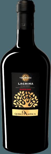 De Querci Antica Lacrima di Morro d'Alba Superiore van Velenosi is gemaakt van de autochtone druivensoort Lacrima di Morro d'Alba. De naam komt van het vruchtensap dat in de vorm van tranen naar buiten komt wanneer de druivenbessen rijpen - een uniek kenmerk van deze druivensoort. Velenosi's Querci Antica Lacrima di Morro Superiore komt het glas in met een intense robijnrode kleur en ruikt intens naar aardbeien, wilde kersen, bramen en bosbessen. Bloemige nuances van viooltjes, marshmallows en hondsroos vullen de neus aan. In de mond is deze Lacrima Superiore uit Velenosi heerlijk vol, maar droog van smaak en gekenmerkt door een evenwichtige en zeer harmonieuze tannine. Vinificatie van de Querci Antica Lacrima di Morro d'Alba Superiore Na de ontsteeling van de stengels worden de druiven overgebracht in roestvrijstalen tanks met een inhoud van ongeveer 100 hl. De gisting op de schillen duurt ongeveer 20 dagen en vindt plaats bij een temperatuur van ongeveer 20°C, zodat het fruitige en bloemige bouquet van de druivensoort zich optimaal kan ontwikkelen. Aanbevolen voedsel voorQuerci Antica Lacrima Geniet van deze heerlijke rode wijn uit de Marken bij stoofschotels met rundvlees of konijn, bij ossobuco of gewoon op zichzelf. Onderscheidingen voor de Lacrima di Morro Superiore uit Velenosi Luca Maroni: 98 punten voor 2015 IWSC: Zilver voor 2015 Luca Maroni: 98 punten voor 2014 Bibenda: 4 druiven voor 2014 IWC: goud voor 2013 Gambero Rosso: 2 glazen voor 2012