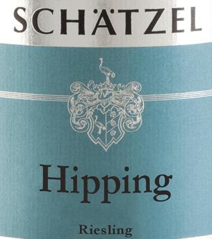 In het glas onthult de Riesling Nierstein Hipping Großes Gewächs van Weingut Schätzel een briljant glinsterende lichtgele kleur. In de kern vertoont deze witte wijn een expressieve goudgele kleur. Bij het ronddraaien van het wijnglas wordt deze witte wijn gekenmerkt door een fascinerende lichtheid die hem levendig doet dansen in het glas. De eerste neus van de Riesling Nierstein Hipping Großes Gewächs toont tonen van zwarte kersen, sinaasappel en pomelo. De fruitige delen van het bouquet worden aangevuld met meer fruitig-balsamico nuances Deze droge witte wijn van Weingut Schätzel is perfect voor wijndrinkers die van absoluut droog houden. De Riesling Nierstein Hipping Großes Gewächs komt hier al heel dicht in de buurt, want hij werd gevinifieerd met slechts 5 gram restsuiker. In de mond is de textuur van deze lichtvoetige witte wijn heerlijk dicht. De Riesling Nierstein Hipping Großes Gewächs toont zich dankzij zijn kernachtige fruitzuren heerlijk fris en levendig in de mond. De finale van deze witte wijn uit het wijngebied Rheinhessen, die in staat is om te verouderen, is uiteindelijk verrukkelijk met een goede nagalm. Vinificatie van de Schätzel Estate Riesling Nierstein Hipping Großes Gewächs De elegante Riesling Nierstein Hipping Großes Gewächs uit Duitsland is een single-vineyard wijn, gevinifieerd van de druivensoort Riesling. De Riesling Nierstein Hipping Großes Gewächs is door en door een Oude Wereld wijn, want deze Duitse wijn ademt een buitengewone Europese charme die het succes van Oude Wereld wijnen duidelijk onderstreept. De ontwikkeling van de druiven voor deze Riesling wijn wordt in zeer hoge mate beïnvloed door het klimaat van het teeltgebied. In Rheinhessen gedijen de druiven in een vrij koel klimaat, wat onder meer tot uiting komt in bijzonder lange en gelijkmatige druiven en een vrij matig mostgewicht. De druiven voor deze witte wijn uit Duitsland worden uitsluitend met de hand geoogst na een optimale rijpheid. Na de handoogst worden de druiven o