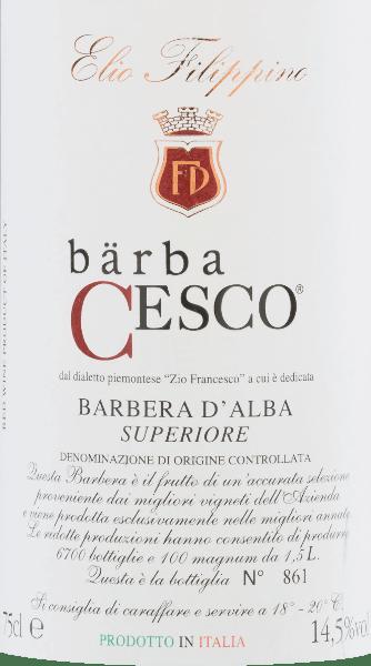 De Bärba Cesco Barbera d'Alba Superiore van Elio Filippino is een prachtige, single-varietal rode wijn uit Piemonte In het glas schittert deze wijn in een krachtig robijnrood met violette reflecties. In de neus complexe aroma's van rijp bosfruit - vooral bosbessen, bramen en bosbessen - vergezeld van hints van vanille en fijn hout. In de mond heeft deze Italiaanse rode wijn een volle body met een heerlijk elegante tanninestructuur. De afdronk is aangenaam lang en wordt begeleid door vanilletonen. Vinificatie van deElio FilippinoBärba Cesco Barbera d'Alba Superiore Nadat de Barbera-druiven zorgvuldig met de hand zijn geoogst, worden ze in de wijnkelder zorgvuldig geselecteerd en gekneusd. Traditioneel wordt de most vergist in roestvrijstalen tanks. Nadat de gisting is voltooid, rijpt deze wijn in totaal 18 maanden in barriques. Door de opslag in houten vaten krijgt deze wijn zijn sterke kleur, intense aroma's en elegante tannines. Aanbevolen voedsel voor deBärba CescoElio FilippinoBarbera d'Alba Superiore Deze droge rode wijn uit Italië is de perfecte begeleider van rosbief in donkere saus met uien, wildzwijnragout met spaetzle of ook van gerijpte kaassoorten. We raden aan deze wijn te decanteren.