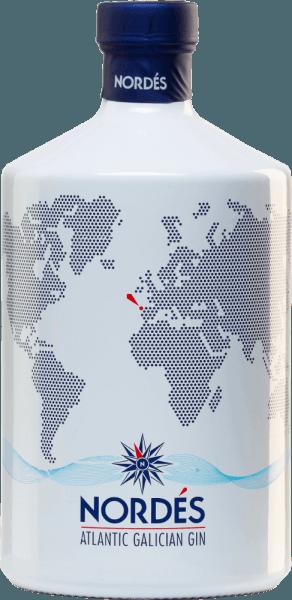 De Atlantische Galicische Gin van Nordésheeft een zeer bloemig bouquet, dat doet denken aan een zomers parfum. Frisse citroen wordt heel discreet onderstreept door jeneverbes. Ook in de mond heeft deze Spaanse gin een bloemig, geurig en kruidig karakter. Jeneverbes kan worden geproefd, evenals verkoelende eucalyptus. De lange, krachtige afdronk is een samenvatting van de eerste indrukken, uitgebreid met subtiele houtachtige nuances.Over het geheel genomen is dit een enorm lichte en delicate, animerende levendige gin met veel frisheid! Productieproces van de Atlantische Galicische Gin van Nordés De Spaanse witte wijndruif Albarino dient als basis voor de gin. Het distillaat dat van de druif wordt gemaakt, wordt op smaak gebracht met 12 plaatselijke en ingevoerde kruiden en ingrediënten. Deze omvatten jeneverbes, citroengras, selderij, laurier, eucalyptus, kardemom, pepermunt, gember, hibiscus, zwarte thee uit Ceylon, salie en cinchonaschors. Hiervoor worden alle botanische ingrediënten eerst afzonderlijk drievoudig gedistilleerd en ten slotte samengebracht in een laatste distillatie opin de koperen distilleerketel, waar ze zich op wonderbaarlijke wijze met elkaar vermengen. Serveertip voor de Atlantic Galician Gin van Nordés Deze gin uit Spanje is een heerlijk digestief, puur geserveerd, als gin-tonic of in korte drankjes op basis van gin.
