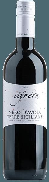 De Itinera Nero d'Avola Sicilia IGT van Mondo del Vino toont zich in een donker robijnrood in het glas en ontvouwt een aromatisch bouquet, dat de neus streelt met kruidnagel en bessenfruit. De harmonieuze en elegante indruk van deze Siciliaanse rode wijn eindigt in een lange afdronk. Aanbevolen voedsel voor de Itinera Nero d'Avola Sicilia IGT Geniet van deze droge rode wijn bij pasta al arrabiata, pizza of rib-eye steak met ovengroenten en zure room.