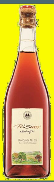 De PriSecco Cuvée No.25 van de manufactuur Jörg Geiger is een alcoholvrije fruit mousserende wijn, die verleidt met de aroma's van rode bessen, rijpe appels en een hint van banaan. Deze fruitcocktail onthult in de mond tonen van zure bessen, citrus en etherische bosnoten. Productie van de PriSecco Cuvée Nr 25 door de Jörg Geiger Fabriek De vruchten van de PriSecco komen van de landschappelijke weiden aan de voet van de Zwabische Alb, het sap van handgeplukte appels vormt de basis voor deze alcoholvrije cocktail. Verdere ingrediënten zijn perensap, sleepruim, appelbes, zwarte bes, Douglas sparrenpunten, kruiden en het fijnste koolzuur. Spijsadvies voor de PriSecco Cuvée Nr 25 van de manufactuur Jörg Geiger Geniet van deze alcoholvrije Secco bij kort gebraden wild en wild gevogelte of bij lamsvlees.