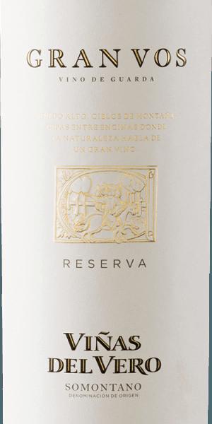 Voor deGran Vos Reserva van Viñas del Vero worden alleen de beste rode wijndruiven van een oogstjaar samengevoegd tot een prachtige, expressieve cuvée van rode wijn. In het glas schittert deze wijn in een diep donker robijnrood met donkerrode accenten. Het intense bouquet onthult veelgelaagde aroma's van rijp rood en zwart fruit - frambozen, aalbessen, bramen pruimen en morellen kersen - evenals hints van specerijen en getoaste tonen van houtrijping. Ook in de mond maakt deze Spaanse rode wijn indruk met aromatische diepte en fruitrijkdom. De textuur is heerlijk vlezig en harmonieert wonderwel met de volle body Een harmonisch uitgebalanceerde, rode wijn die komt met een zeer lange afdronk. Vinificatie van de Magnum Viñas del Vero Gran Vos Van begin september tot begin oktober worden de druiven geoogst bij optimale rijpheid. In het wijnhuis vanViñas del Vero worden de druiven volledig ontsteeld, licht geperst en afzonderlijk op de schillen vergist, naar gelang van de herkomst van de druivensoort. Na de alcoholische gisting en de spontane malolactische gisting rijpt deze rode wijn in Franse eiken vaten gedurende in totaal 15 maanden. Pas nadat de rijping is voltooid, wordt deze wijn door de keldermeester tot een onvergetelijke cuvée gemengd en gebotteld. Spijsadvies voor de Reserva Gran VosViñas del Vero in de magnumfles Geniet van deze droge rode wijn uit Spanje bij gestoofd rundvlees in donkere saus, kruidige stoofschotels, wildstoofpot met lintnoedels of ook bij fijne, wrange chocoladedesserts.