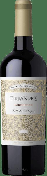 De Carmenère Reserva van Terra Noble betovert met een diep rood-paarse kleur met blauwe tinten in het wijnglas. Het fruitige, harmonieuze aroma doet denken aan rijpe vijgen en rode bessen, die zich vermengen met chocolade, toast en kruidige noten. De mooi gestructureerde mond presenteert intense fruitige expressies met een hint van koffie, evenals fluweelzachte tannines. Serveren bij lamsvlees of pittige gerechten.
