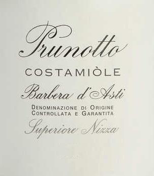 De Costamìole Barbera d'Asti Superiore Nizza DOCG van Prunotto is een prachtige cru uit Piëmonte. In het glas schittert de Costamìole Barbera in diep donker granaat en robijnrood met violette en zwarte reflecties. In de neus ontvouwt zich een rijk, fruitig bouquet, met vooral aroma's van pruimen en kersen, geuren van viooltjes, kaneel, cacao en leer. In de mond is de Costamìole innemend, aantrekkelijk dicht en rijk aan zachte maar goed gestructureerde, complexe tannines. De afdronk is lang, vol van specerijen en persistentie. Vinificatie van de Costamìole Barbera d'Asti Superiore Nizza DOCG by Prunotto In het gebied van Agliano, ongeveer 19 km van Asti, tussen Nizza Monferrato en Tiglione, zijn 27 hectare wijngaarden beplant met Barbera d'Asti, voor de Costamìole en Fiulot wijnen. Het klimaat is er iets warmer dan in de streek van Alba, maar de bodem is op sommige plaatsen vergelijkbaar met de mergelbodems van Barolo. Deze wijngaard produceert frisse en jonge wijnen, maar ook wijnen met rijpingspotentieel. Typisch voor de Costamìole Barbera druif zijn de aroma's van rijpe kersen, pruimen, bramen en frambozen, evenals de granaatrode kleur. Na de ontsteeling en persing ondergaan de druiven een temperatuurgecontroleerde maceratie op de schillen, die drie keer per dag worden geroerd om een hogere extractie te verkrijgen. De rijping in barriques van Frans eikenhout gedurende 18 maanden wordt gevolgd door nog eens 18 maanden rijping in de fles. De Costamìole Barbera d'Asti Superiore Nizza kan ten minste 13 jaar bewaard worden. Spijsadvies voor de Costamiòle Barbera d'Asti Superiore Nizza van Prunotto Geniet van deze volle Barbera d'Asti Superiore als perfecte begeleider van gebraad van rood vlees, wildgerechten en rijpe kazen. Wij raden aan de Costamìole 2 uur voor het serveren te openen. Onderscheidingen voor de Costamiòle Barbera d'Asti Superiore Nizza DOCG van Prunotto I Vini di Veronelli: 94 punten - 3 sterren Super voor 2013 Bibenda: 4 druiven voor 2011 James Sucklin