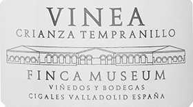 This expressive, varietal Tempranillo shines with its wonderful structure. The nose of the Vinea Finca Museum Crianza notes of clove, licorice, vanilla, spices and cassis are heard. This unique taste experience is rounded off by a fine acidity and a lingering finish Serve him to justice with meat and lamb.