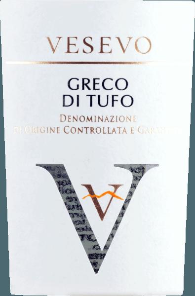 De Greco di Tufo van Vesevo komt uit Campania en brengt alle kracht van de vulkanische bodems uit deze streek in het glas. De eerste neus onthult veel rijpe appel, sappige peer, florale nuances en een citrusfrisse toets. In de mond overtuigt deze Italiaanse witte wijn met zijn frisse en geaccentueerde body, die gepaard gaat met een goede zuurgraad en een heerlijke volheid. Vinificatie van de Vesevo Greco di Tufo Deze witte wijn van de DOCG Greco di Tufo wordt uitsluitend gemaakt van druiven die op vulkanische bodems groeien. De druiven worden ontsteeld, geperst en vergist. Aanbevolen voedsel voor de Greco di Tufo Vesevo Geniet van deze uitzonderlijke witte wijn uit Campania bij vis en zeevruchten. Onderscheidingen voor de Greco di Tufo Vesevo Concours International de Lyon - Goud voor 2019 Robert Parker: 91+ punten voor 2018
