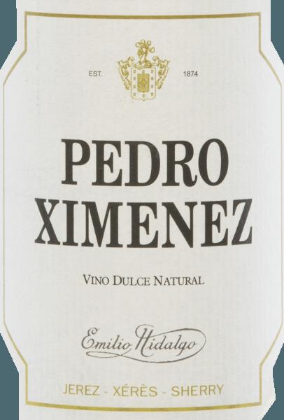 De Pedro XiménezVino Dulce Natural van Emilio Hidalgo is een edele zoete sherry en presenteert zich in het glas in een donkere mahonie met gouden accenten. Het expressieve bouquet wordt gedragen door fruitige aroma's vangedroogd fruit (abrikozen) en florale hints. In de mond is deze sherry heerlijk geconcentreerd en onthult hij intense aroma's van rozijnen. De olieachtige textuurbelooft al puur gedronken een fascinerende drinkervaring. Vinificatie van deEmilio Hidalgo Pedro Ximénez De met de hand geplukte druiven worden ontsteeld, voorzichtig geperst en de resulterende most wordt gefermenteerd in roestvrijstalen tanks onder temperatuurcontrole. De jonge wijn wordt vervolgens afgetapt, versterkt en in Amerikaanse eiken vaten gelegd om te rijpen. Nadat de wijn zonder gist heeft gerijpt, wordt hij overgebracht naar het traditionele solera-systeem, waarbij sherry's van hetzelfde type in boven elkaar geplaatste vaten worden gerijpt. De oudste wijnen worden opgeslagen in de onderste vaten (Solera), terwijl de jongste wijnen worden opgeslagen in de bovenste rijen (Criaderas). De sherry bestemd voor de verkoop wordt altijd uit de onderste vaten gehaald. Hier wordt echter slechts een klein deel (maximaal een derde) genomen en het genomen deel wordt vervolgens opgevuld met sherry uit de bovenste rijen. Dit principe wordt voortgezet tot in de bovenste vaten, waar jonge wijn, de Mosto, aan de sherry wordt toegevoegd. De oloroso, die onder oxiderende invloed ontstaat, wordt vervolgens vermengd met een van nature zoete wijn. Spijsadvies voor deHidalgo Vino Dulce NaturalPedro Ximénez Deze zoete sherry is de bekroning van elk menu en past uitstekend bij fruit, ijs, gebak en cake, maar ook bij chocolade en chocolademousse.