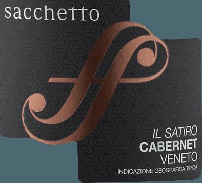 De Il Satiro Cabernet Sauvignon Veneto IGT van Sacchetto toont in het glas in een diep donker kersenrood met zwarte tonen. Het intense bouquet van deze wijn onthult de warme aroma's van rijpe kersen en vanille. Deze noten worden afgerond met fijne hints van specerijen, evenals een vleugje zoethout. In de mond begint Il Satiro zacht met aroma's van kruidnagel en zoethout. Daarna volgt een aangenaam volle en lang aanhoudende smaak. Vinificatie voor Il Satiro Deze zuivere Cabernet Sauvignon wordt gevinifieerd van in Veneto geteelde druiven, die worden geperst en gedurende 15-20 dagen worden geweekt. Na toevoeging van geselecteerde gisten wordt de most langzaam vergist en vervolgens gedurende 12 maanden in barriques gerijpt. Een paar maanden rijping in de fles geeft deze rode wijn zijn final touch. Aanbevolen eten voor de Sacchetto Il Satiro Geniet van deze droge rode wijn bij patés, gegrild rood vlees en wild of bij pasta bolognese.