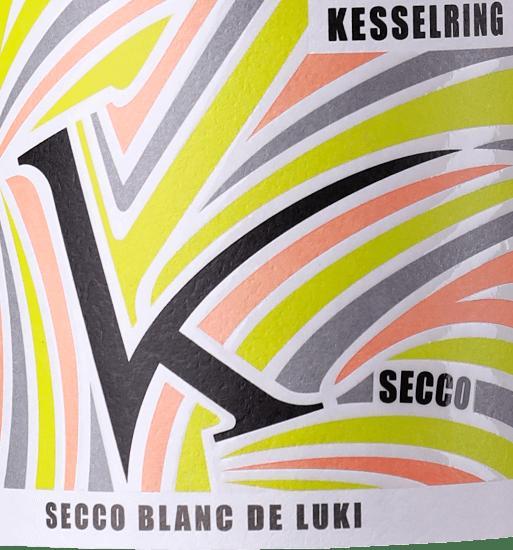 De Secco Blanc de Luki van Lukas Kesselring is een pittige, verfrissende en ongecompliceerde mousserende wijn uit het Duitse wijnbouwgebied Pfalz, gevinifieerd van biologisch geteelde druiven. In het glas glinstert deze wijn helder lichtgeel met sprankelende highlights. De subtiele perlage komt aan de oppervlakte in zeer fijne parelslierten. De fruitige aroma's van het bouquet verwennen de neus met tonen van sappige rijpe bessen, exotisch fruit en florale nuances. In de mond heeft deze Duitse mousserende wijn een prachtige bruis die de Secco Blanc de Luki zijn heerlijke frisheid geeft. De rode bessen zijn ook aanwezig en onderstrepen vakkundig het elegante, flatteuze en levendige karakter. Aanbevolen voedsel voor deKesselringSecco Blanc de Luki Deze mousserende wijn uit Duitsland is een must op warme zomeravonden - goed gekoeld is deSecco Blanc de Luki heerlijk verfrissend. Maar ook als welkom aperitief of bij lichte fingerfood past deze wijn perfect.