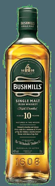 """De aroma's van de Bushmills 10 Years zijn levendig, licht en zoet. Honing en rijp fruit spelen rond de neus. In de mond is deze Ierse whisky aangenaam moutig en zoet, met een vleugje vanille en fijne sherrytoetsen. De afdronk is aangenaam lang, fris en droog. Productie van de Bushmills 10 Years Single Malt Whiskey Zoals alle Bushmills malts, wordt deze whisky drie keer gedistilleerd. Volgens de traditionele productie bevat het beslag ongemoute gerst en wordt het drogen boven turfrook volledig achterwege gelaten. De Bushmills 10 Years Single Malt Whiskey wordt gemaakt van 100% gemoute gerst, vervolgens rijpt deze whiskey voor het grootste deel van de 10 jaar in bourbon vaten en voor een korte tijd in sherry vaten, waarin hij zijn finish krijgt. Serveersuggesties voor Bushmills 10 Years Single Malt Whiskey Geniet van deze whisky puur en op kamertemperatuur, zodat de smaken zich vrij en onvervalst kunnen ontwikkelen. Onderscheidingen voor Bushmills 10 Years Single Malt Whiskey San Francisco World Spirits Competition: Goud (2015, 2013,2012) Wizards of Whiskey Awards: Goud (2015,2014) International Wine & Spirit Competition: """"Outstanding"""" Goud (2014)"""