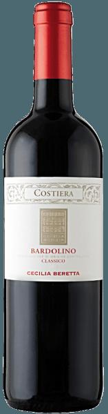 De Bardolino Classico DOC Costiera van Cecilia Beretta toont zich in het glas in een prachtig robijnrood en ontvouwt zijn fruitige bouquet. Dit bedwelmt met de aroma's van rode en zwarte bessen. Deze cuvée van rode wijn van de druivenrassen Corvina, Rondinella en Corvinone bekoort het gehemelte met zijn harmonieuze en zachte indruk. Een fijne kruidigheid van de tannines en een frisse mineraliteit kenmerken de smaak van deze Bardolino. Spijsadvies voor de Bardolino Classico DOC Costiera van Cecilia Beretta Geniet van deze droge rode wijn bij eendenbout met aardappelknoedels of wildgerechten met rode kool en knoedels.
