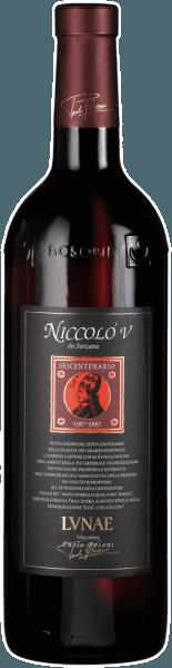 De kleur is robijnrood en schittert met violet fonkelende reflexen.Reeds de neus laat raden welke kwaliteit in de Niccoló V Riserva zit. De geur is ongelooflijk complex met noten van kruidige zwarte peper en kaneel, muskus, leer tot tabak, chocolade en rode vruchtenjam. Verleidelijk en nooit eindigend op hetzelfde moment. Aan het gehemelte ontvouwt deze rode wijn van topklasse zijn hele kan. De ene wordt vrijwel overspoeld door mannelijkheid en macht. Een wijn zoals zijn terroir - speciaal. In de mond is deze gestructureerde wijn van Cantine Lunae warm en overtuigend, met veel persoonlijkheid. Drink deze wijn uit een Bordeaux glas om hem de maat te geven die hij nodig heeft. Niccolò V wordt het best gedronken bij vleesgerechten zoals Florentijnse biefstuk, wild of oude kazen. Informatie over de vinificatie en rijping van Niccolò V Colli di Luni DOC van Cantine Lunae De wijngaarden waar de wijnstokken al tientallen jaren staan, strekken zich uit van Castelnuovo Magra tot Ortonovo. De 40 jaar oude Merlot, Pollera Nera & Sangiovese wijnstokken die de cuvée vormen voor de Niccolò V Riserva Colli di Luni DOC van Cantine Lunae zijn aangeplant op wijngaarden rijk aan skeletten en afgewisseld met kiezelstenen. De dichte aanplant van 4500 wijnstokken per hectare geeft de wijnstok natuurlijke concurrentie en de wijn kracht en diepte. Nadat de volledig rijpe druiven in de loop van september zijn geoogst, worden ze zorgvuldig gefermenteerd in roestvrij staal met een maceratieperiode van ongeveer 15 dagen. De alcoholische gisting wordt gevolgd door 18 maanden rijping in barriques en 6 maanden rijping in de fles alvorens voor verkoop te worden vrijgegeven. Spijsadvies voor de Niccoló V Colli di Luni DOC Een wijn met een grote persoonlijkheid die goed samengaat met rijke gerechten zoals gestoofd vlees, stoofschotels en pittige blauwe kazen. Onderscheidingen voor de Niccoló V Riserva Colli di Luni DOC van Lunae Decanter: 95 pts / gouden medaille (jaargang 08) Wine Spectator: 90 pts