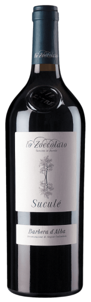 The Suculé Barbera d'Alba DOC from Lo Zoccolaio is a true work of art. In the glass, the Suculé shines intensely ruby red. On the nose, a rich bouquet opens with the typical scent of rose petals, ripe red fruits and a hint of vanilla. This Barbera d'Alba presents itself impressively and at the same time elegantly on the palate, fresh and soft on the palate, harmonious with ripe, well-integrated tannins, of great finesse with a long lasting finish. Vinification of the Suculé Barbera d'Alba from Lo Zoccolaio The Lo Zoccolaio winery is part of the Fratelli Martini Secondo Luigi family business. This impressive Piedmontese red wine is made exclusively from Barbera d'Alba grapes grown in the municipalities of Barolo and Monforte, in the heart of the Barbera d'Alba area. After manual harvesting, the grapes are fermented on the skins for 10 days at a controlled temperature and then fermented and aged for 18 months in small French oak barriques. Food pairing for the Suculé Barbera d'Alba from Lo Zoccolaio Serve this delicious Barbera d'Alba with fresh pasta with meat sauces, beef dishes, broth, roast beef and sirloin, pork dishes. Awards for Suculé Barbera d'Alba I Vini di Veronelli - 91 points for 2016Meiningers Winetest - Excellent for 2016